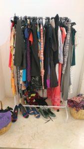 ersonas escogiendo ropa en Clothes Swap