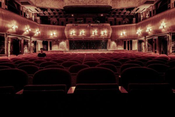 Sala de cine vacía con solo una persona