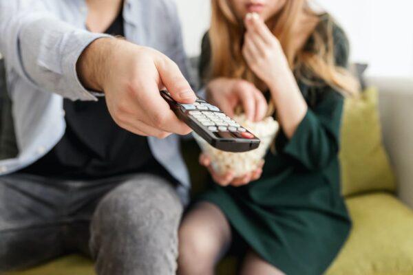 Personas viendo películas en casa