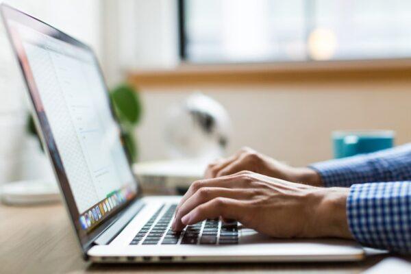 Persona accediendo a Plataforma desde su computadora.