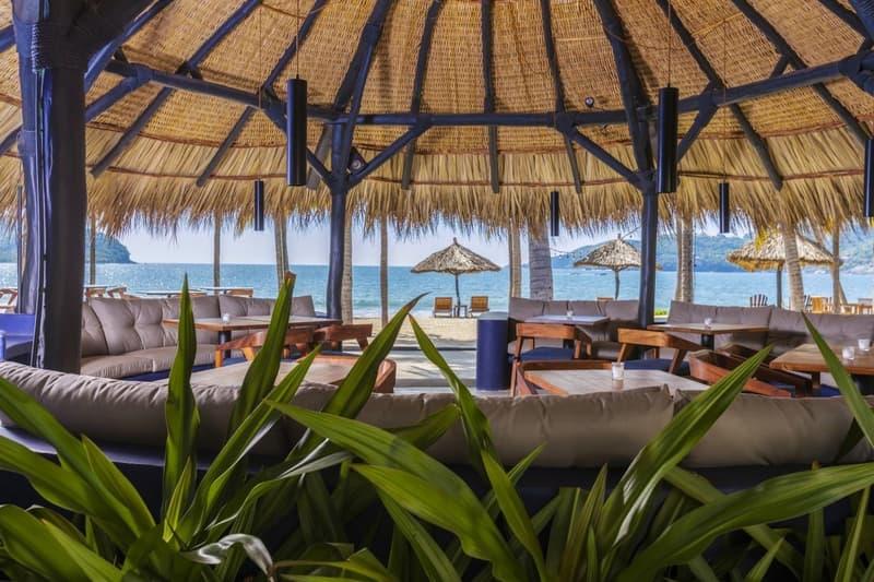 Sala de estar sobre la arena en la playa en hotel de Ixtapa-Zihuatanejo