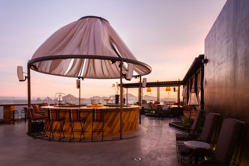 Vista de atardecer de bar a la orilla de la playa en hotel de Los Cabos, Baja California Sur.
