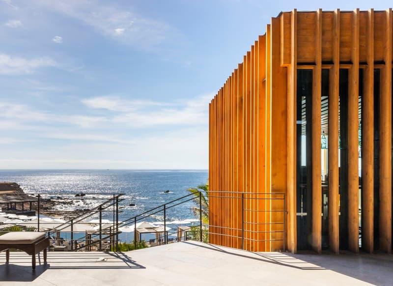 Escalera hacia la playa en hotel de Los Cabos, Baja California Sur.