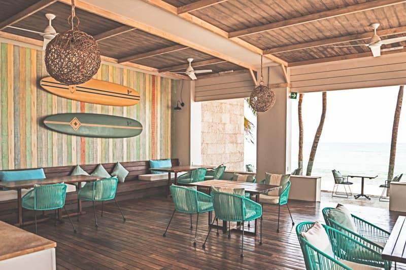 Lobby del hotel con sillas dando la vista a la playa