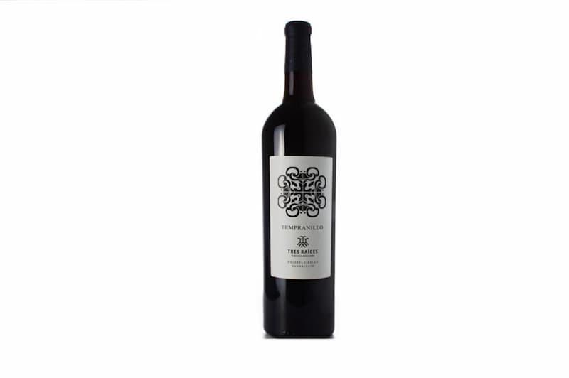 Botella de vino Tres Raíces, producto de su viñedo.