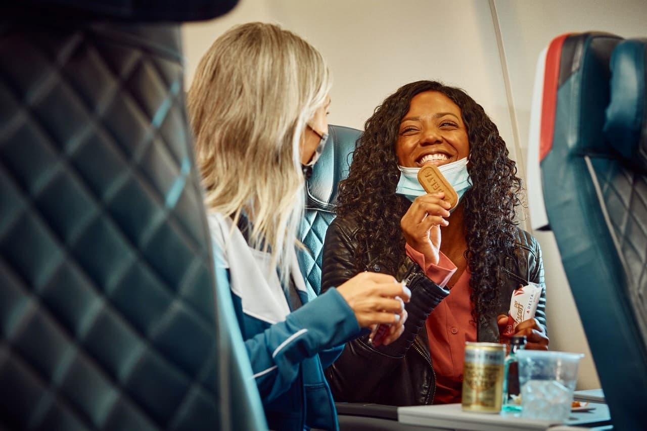 Grupo de personas en un avión comiendo. Es posible comer con seguridad e higiene