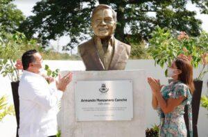 Develan busto de Armando Manzanero en Mérida